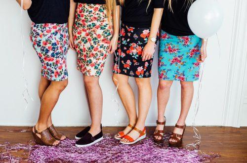 kobiety w spódnicach i sukienkach